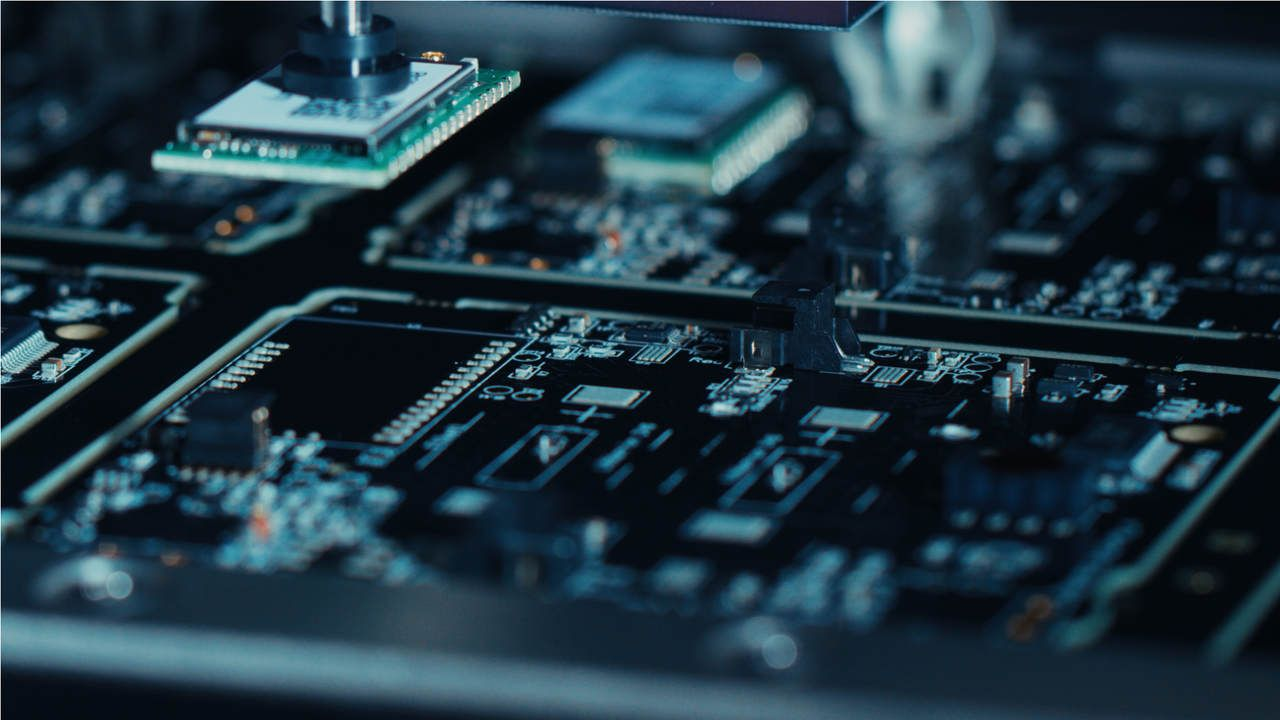 Foto em close-up de uma placa-mãe com um processador