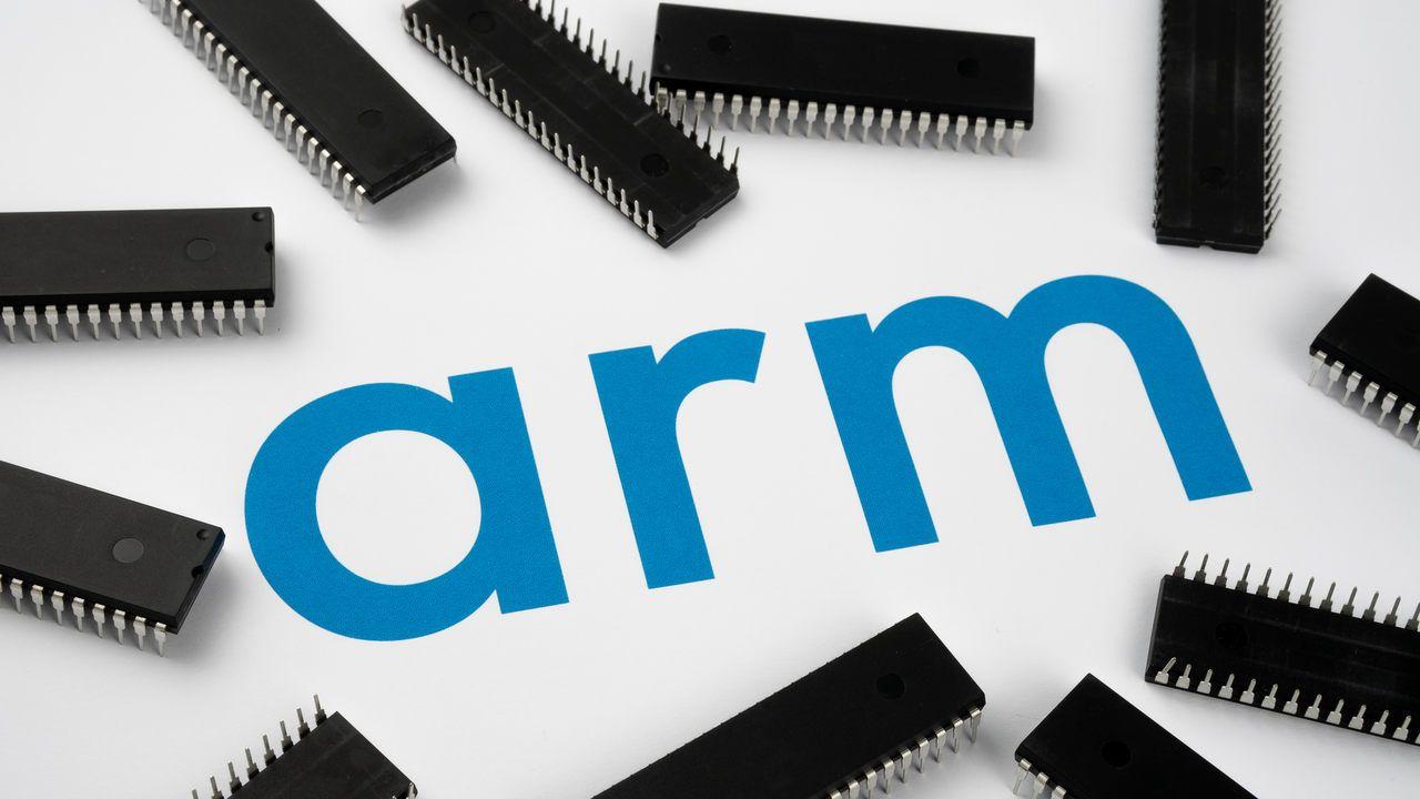 Palavra ARM escrita em azul com chips em volta sob fundo branco.