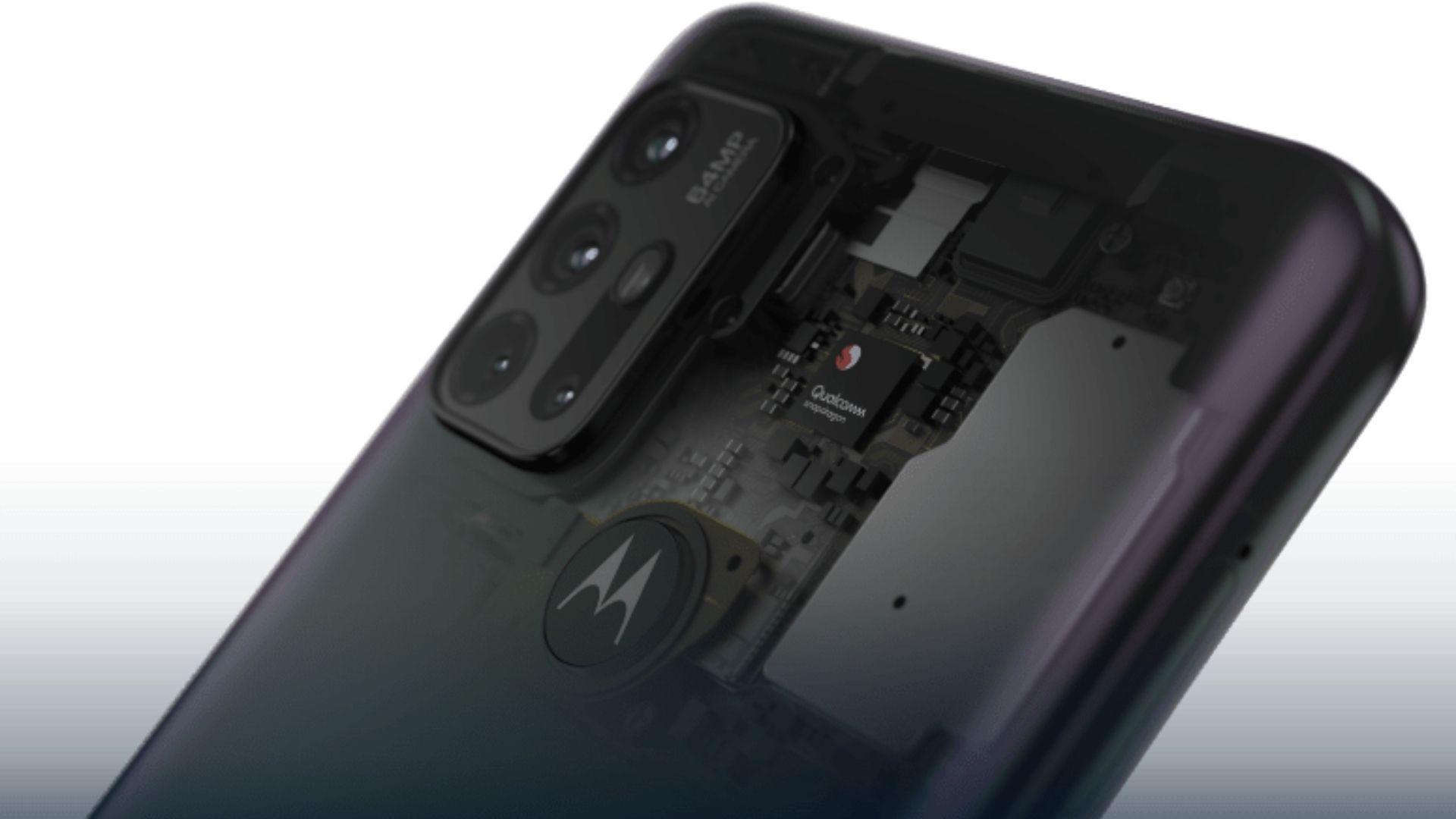 Processador do Moto G30 com logo da Motorola e conjunto fotográfico do celular