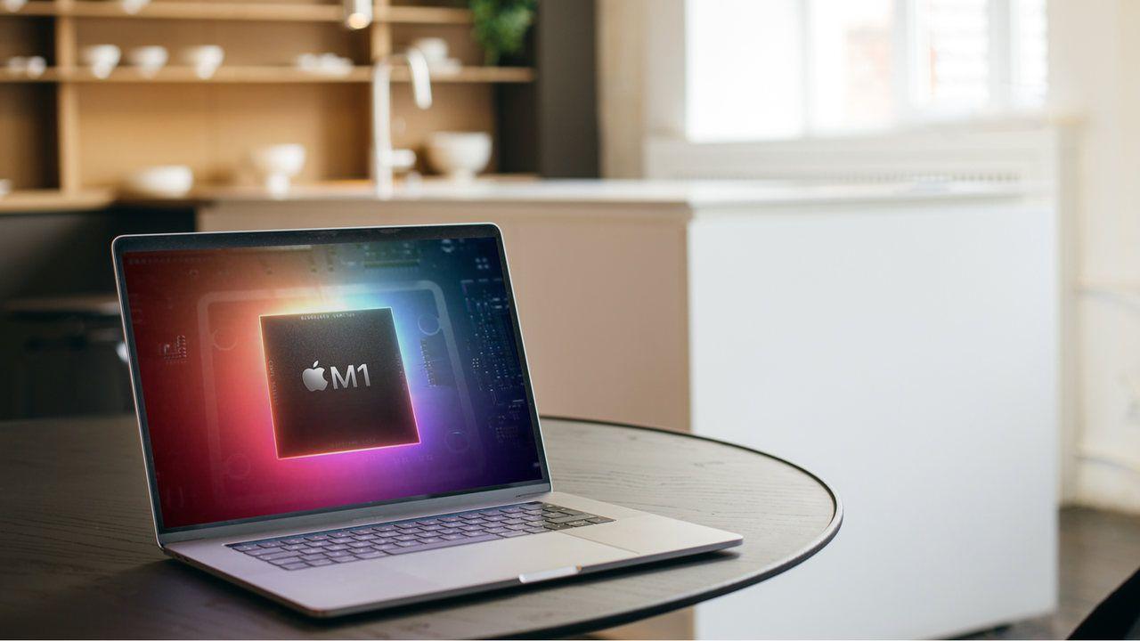 Macbook com a imagem de um processador RAM sob mesa em uma cozinha