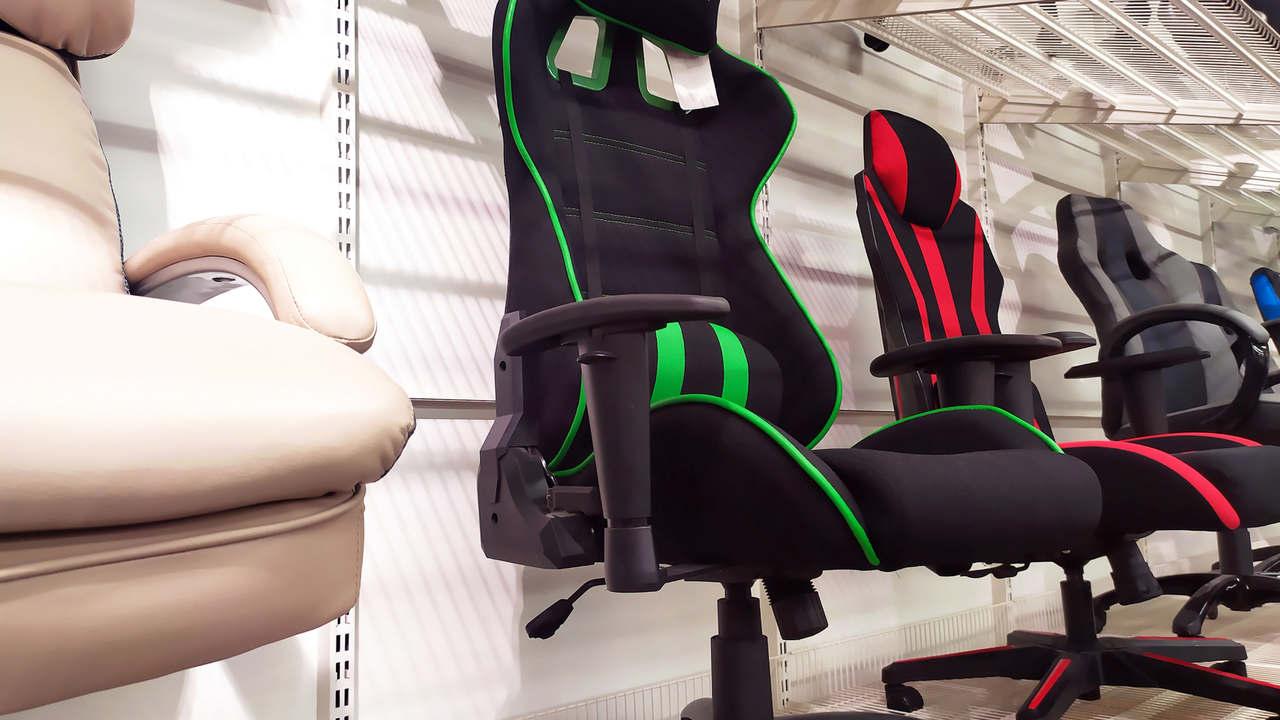 Mais de uma opção de cadeira de gamer em exposição