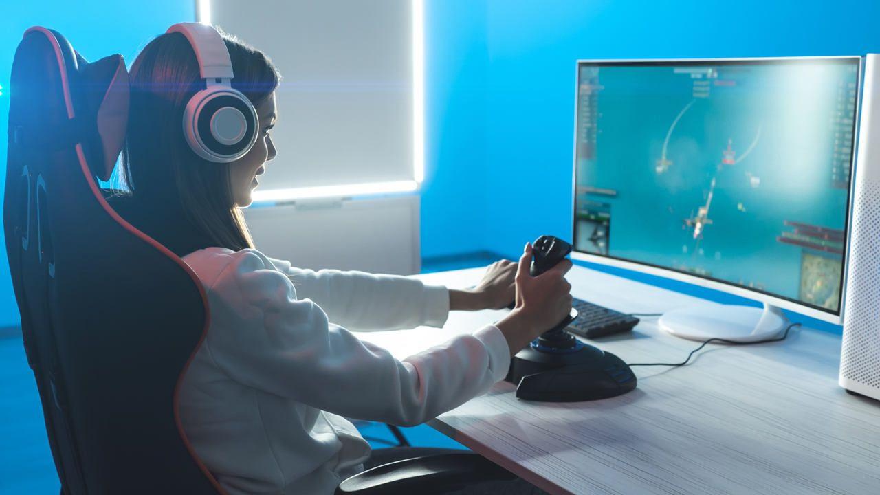 Garota com fone Bluetooth jogando videogame
