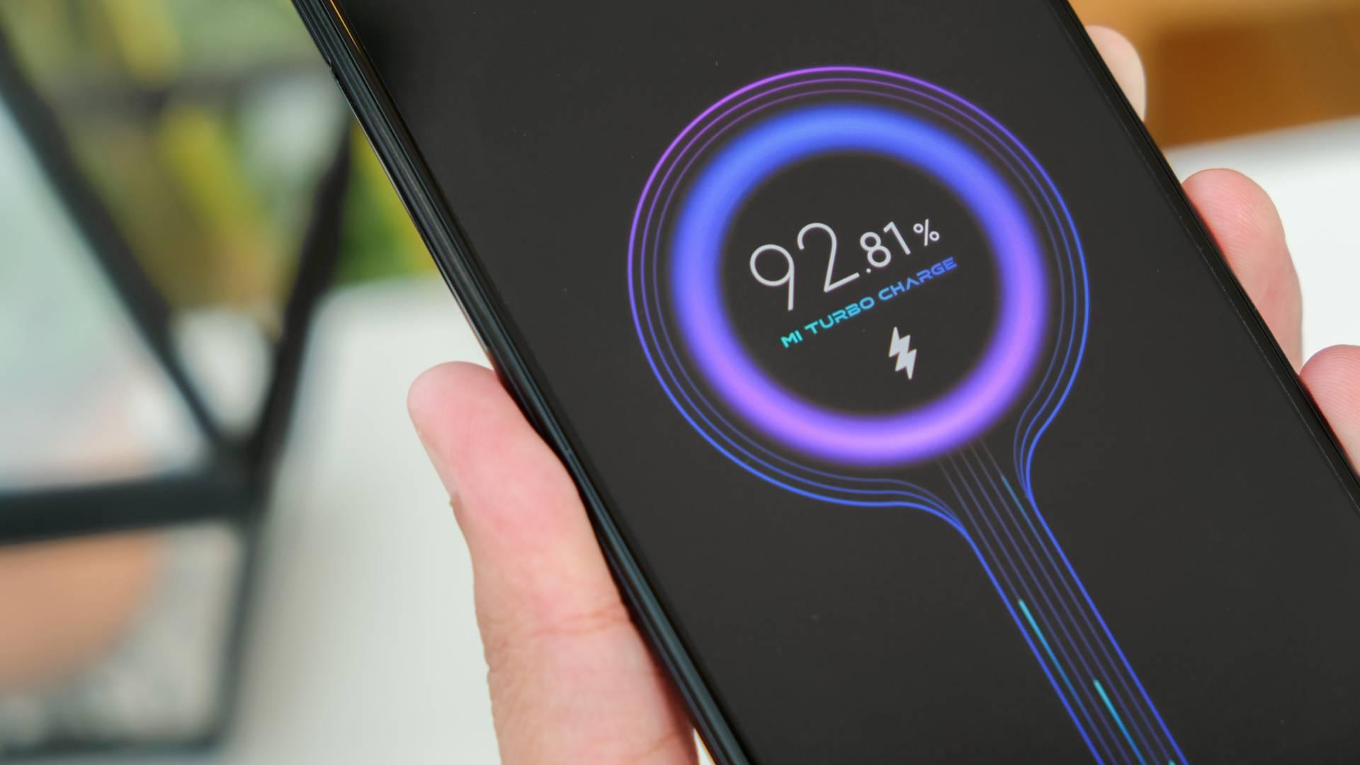 Foto de um celular Xiaomi carregando com a tecnologia turbo