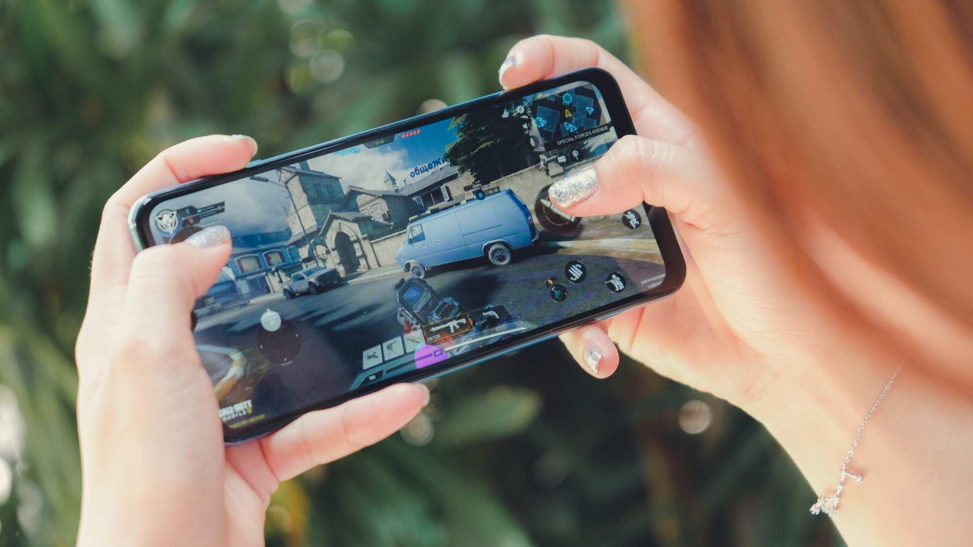 Foto de uma pessoa jogando no Galaxy A32