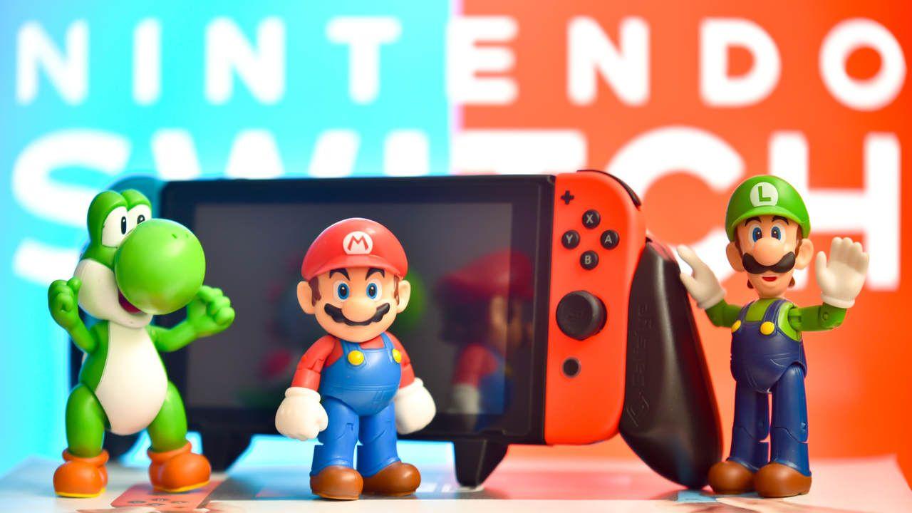 Nintendo Switch e três bonecos dos personagens clássicos