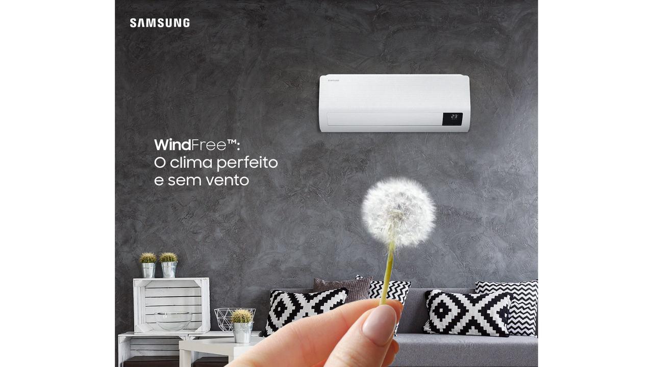 """Samsung Wind Free instalado em parede cinza com o escrito """"WindFree - O clima perfeito e sem vento"""" do lado esquerdo"""
