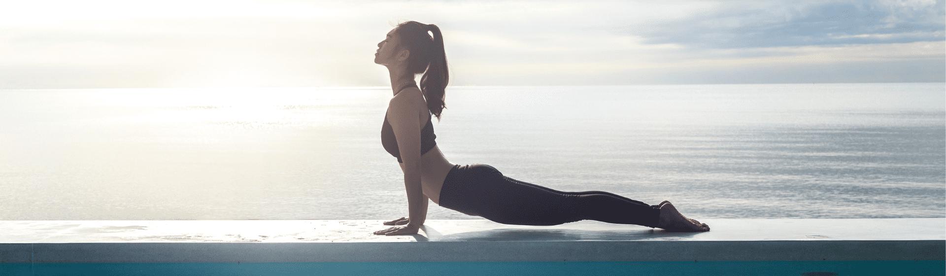 Saudação ao Sol: entenda o que é e como fazer a Surya Namaskara na yoga