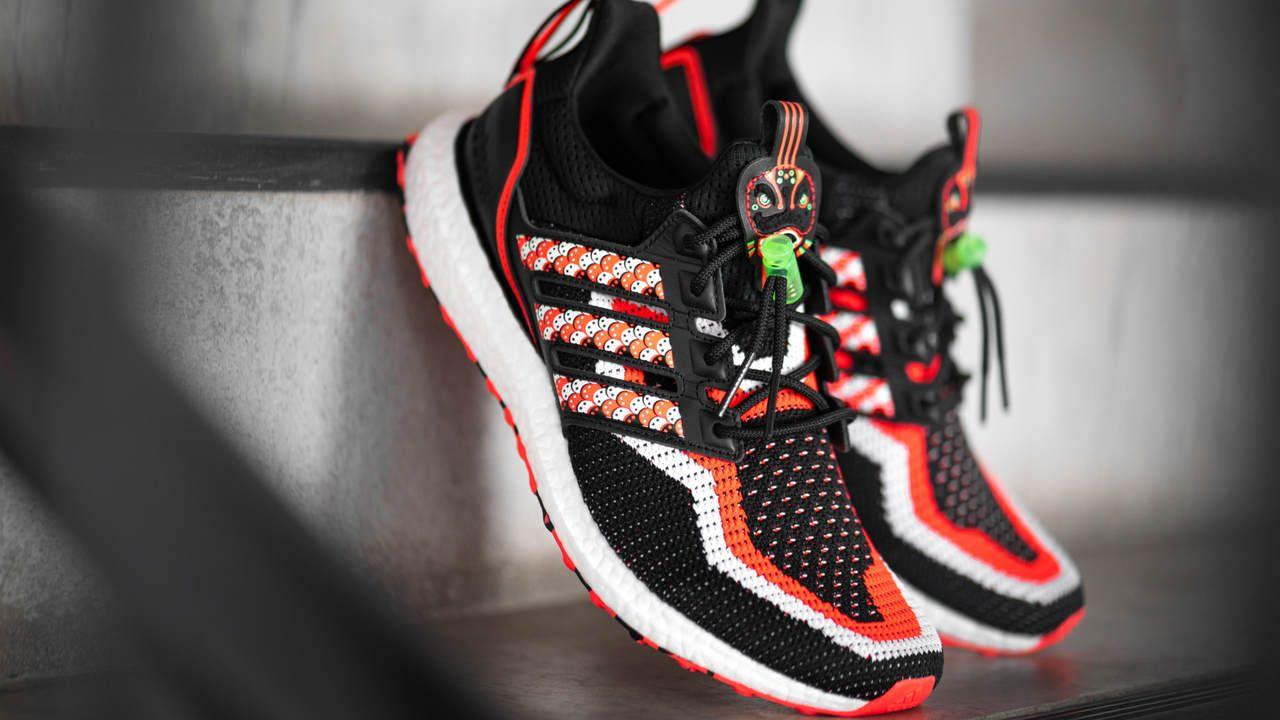 tênis Adidas Ultra Boost posicionado em um degrau de escada