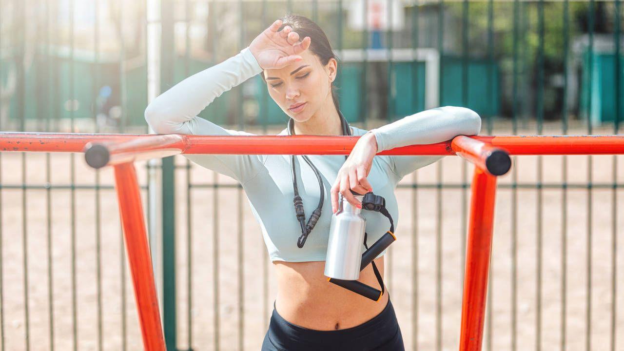 Mulher caucasiana recuperando fôlego após atividade física