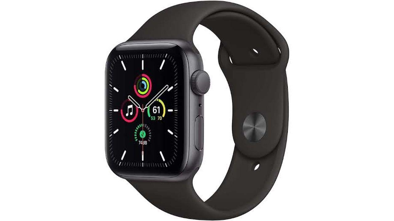 Apple Watch SE preto no fundo branco