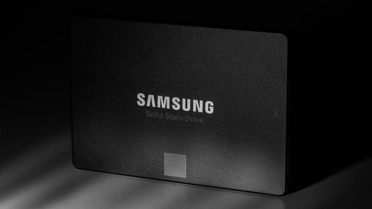 Um SSD da Samsung no meio de um fundo escuro
