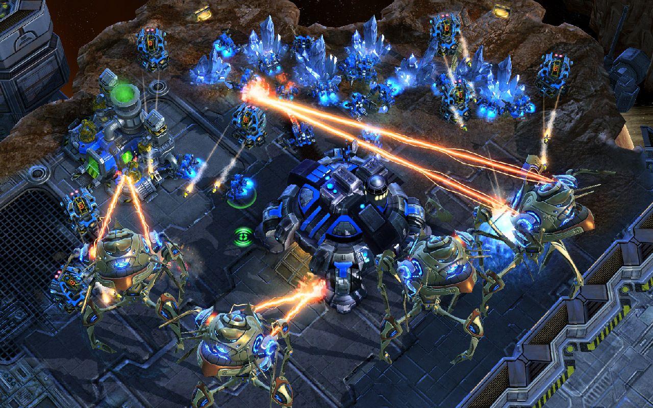 Batalha acontecendo no game Starctraft II, com veículos Protoss atacando uma base humana