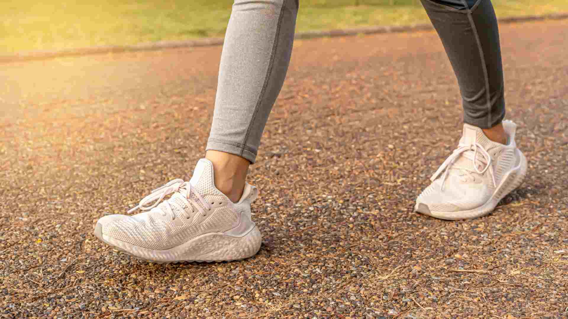 Mulher com tênis branco feminino esportivo caminhando