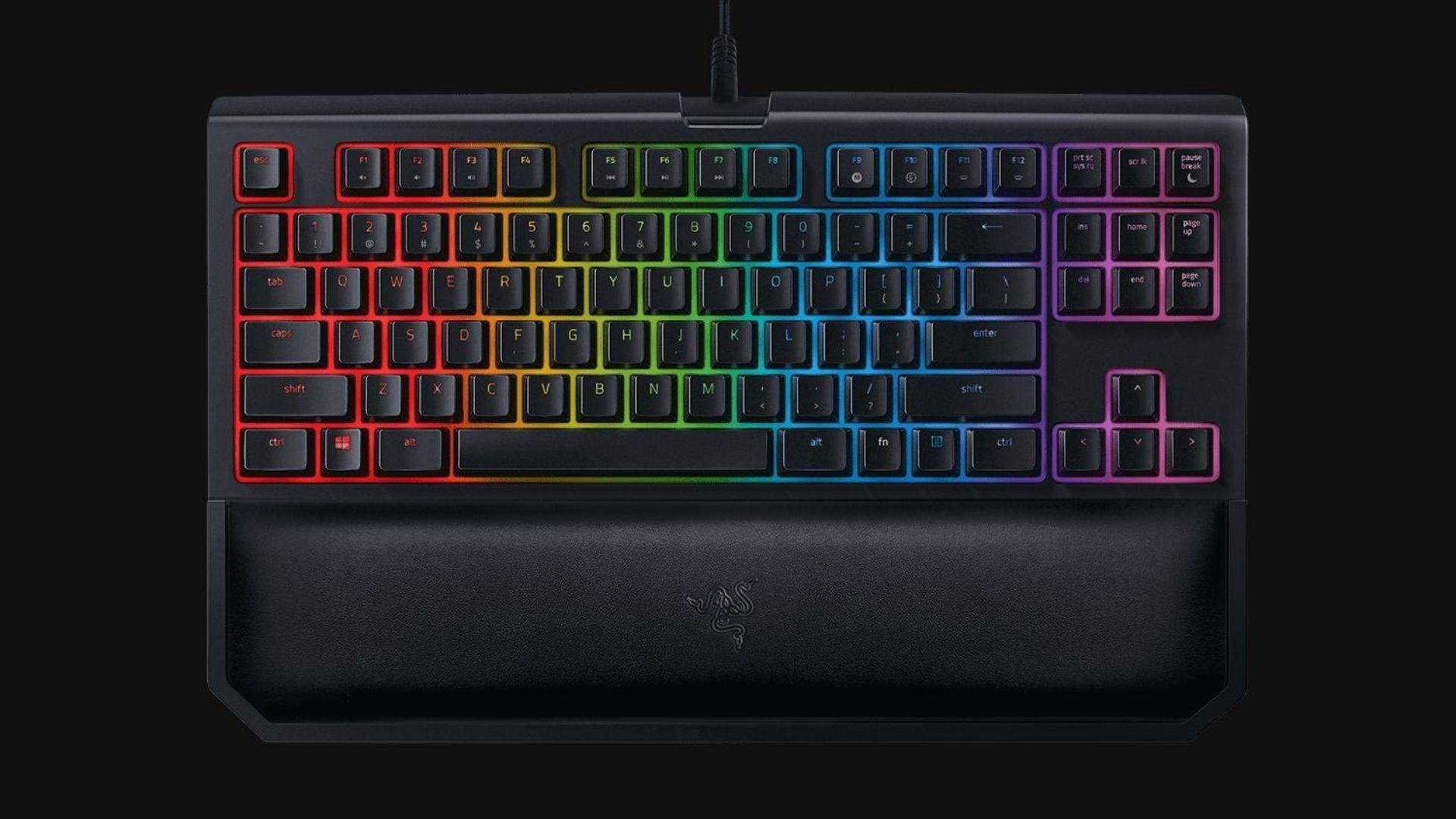 Imagem de divulgação do Teclado Mecânico Razer Blackwidow Tournament Chroma V2 com LEDs coloridos e fundo preto