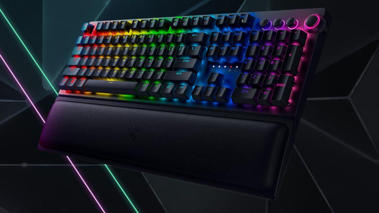 O Teclado Mecânico Razer BlackWidow V3 Pro com LEDs coloridos em fundo escuro