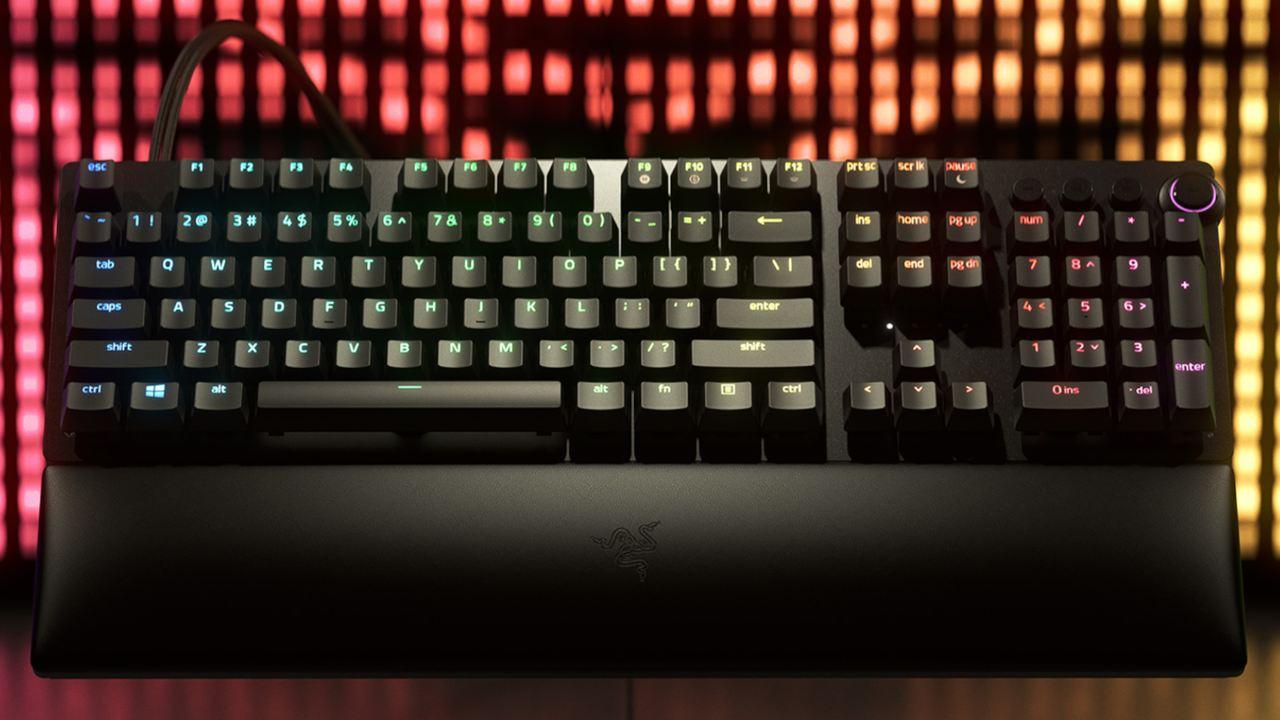 Teclado Mecânico Razer Huntsman V2 com LEDs coloridos e fundo iluminado