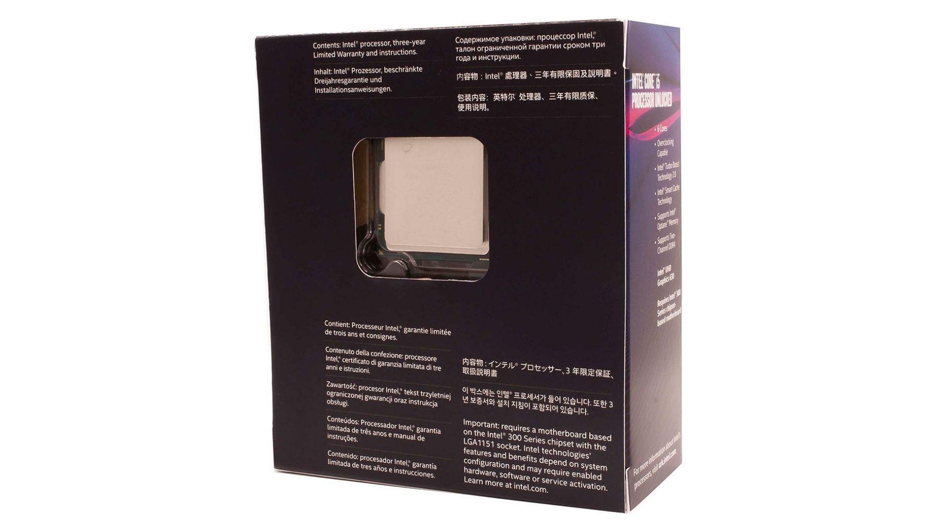 Parte traseira da caixa do processador Intel Core i5-8400 com espaço que mostra a CPU