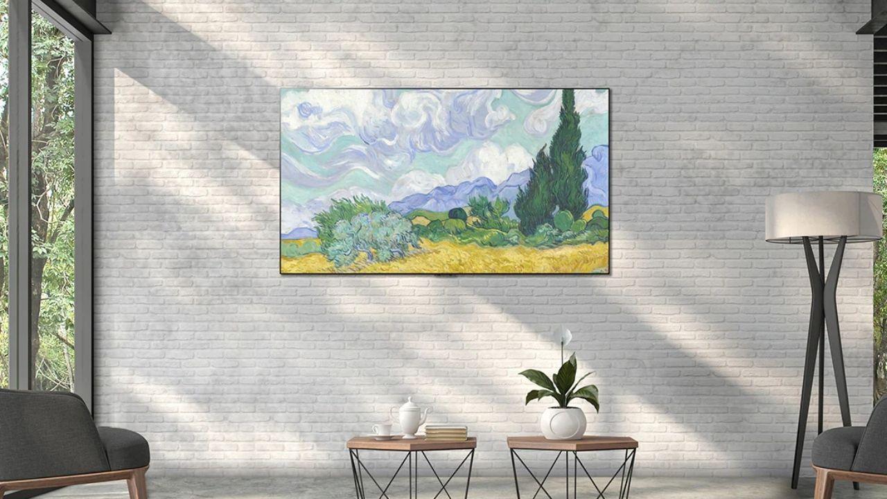 TV LG G1 em uma parede branca de tijolos.