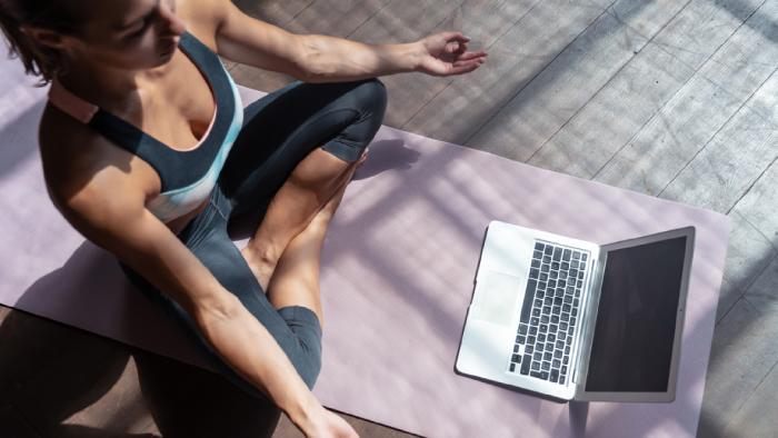 Entenda o que é necessário ter para praticar yoga em casa (Imagem: Reprodução/Shutterstock)
