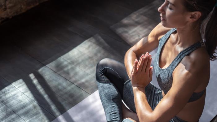 A prática da yoga em casa traz benefícios para o corpo e a mente (Imagem: Reprodução/Shutterstock)