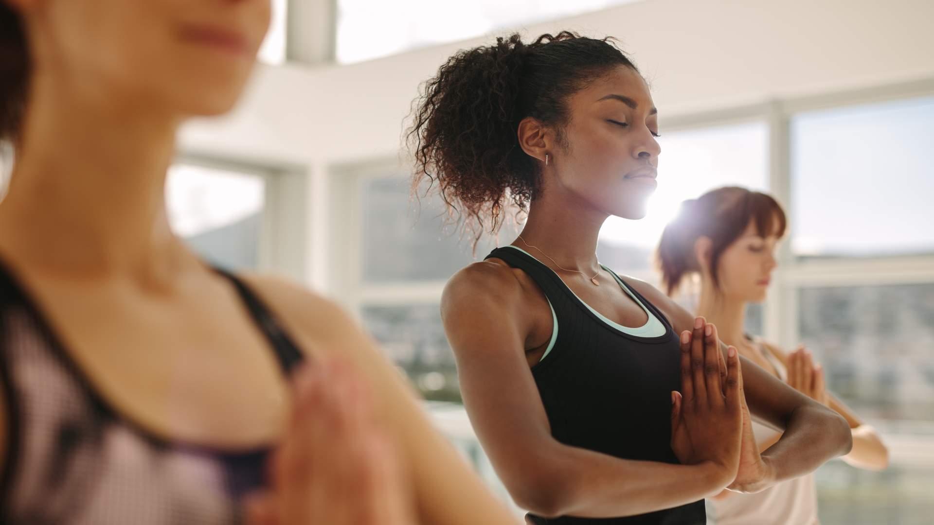 Mulheres praticando yoga