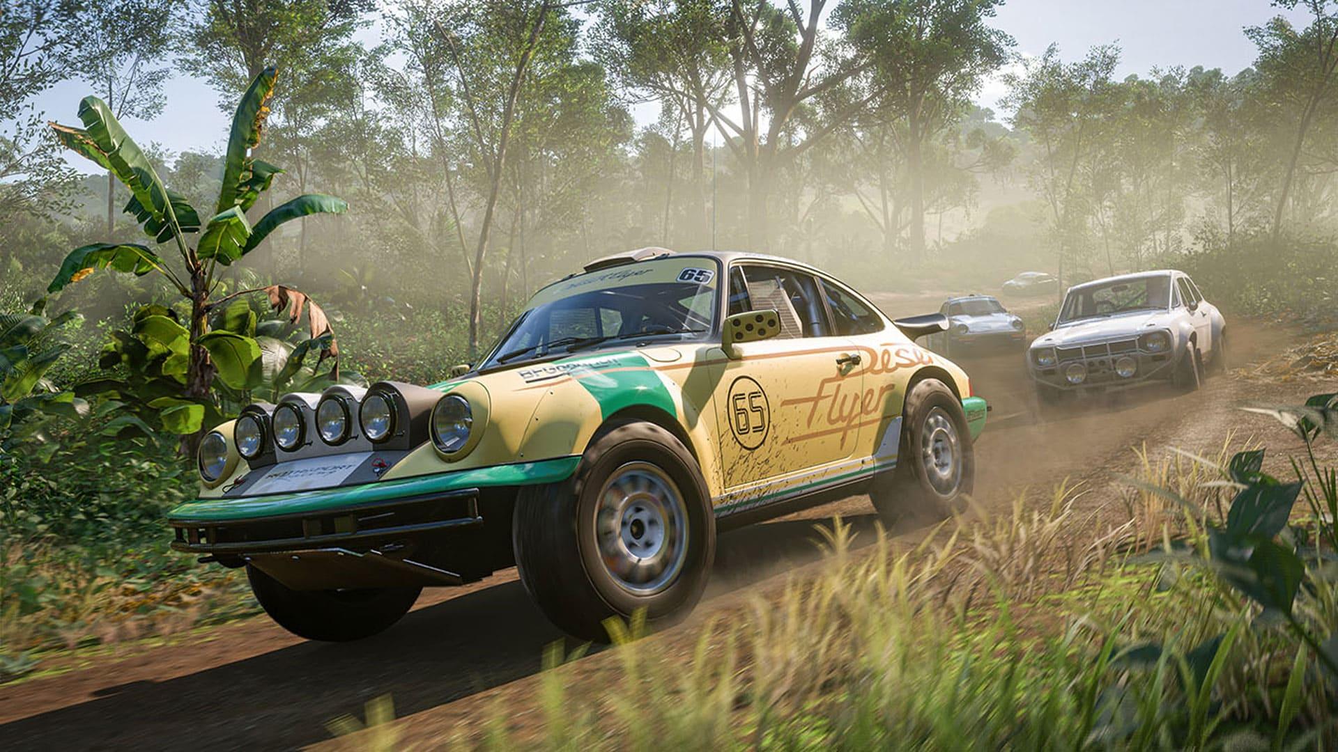 Imagem do jogo Forza Horizon 5 com um carro Porsche adaptado para corridas em uma estrada de terra no meio de uma floresta, seguido por outros três competidores.