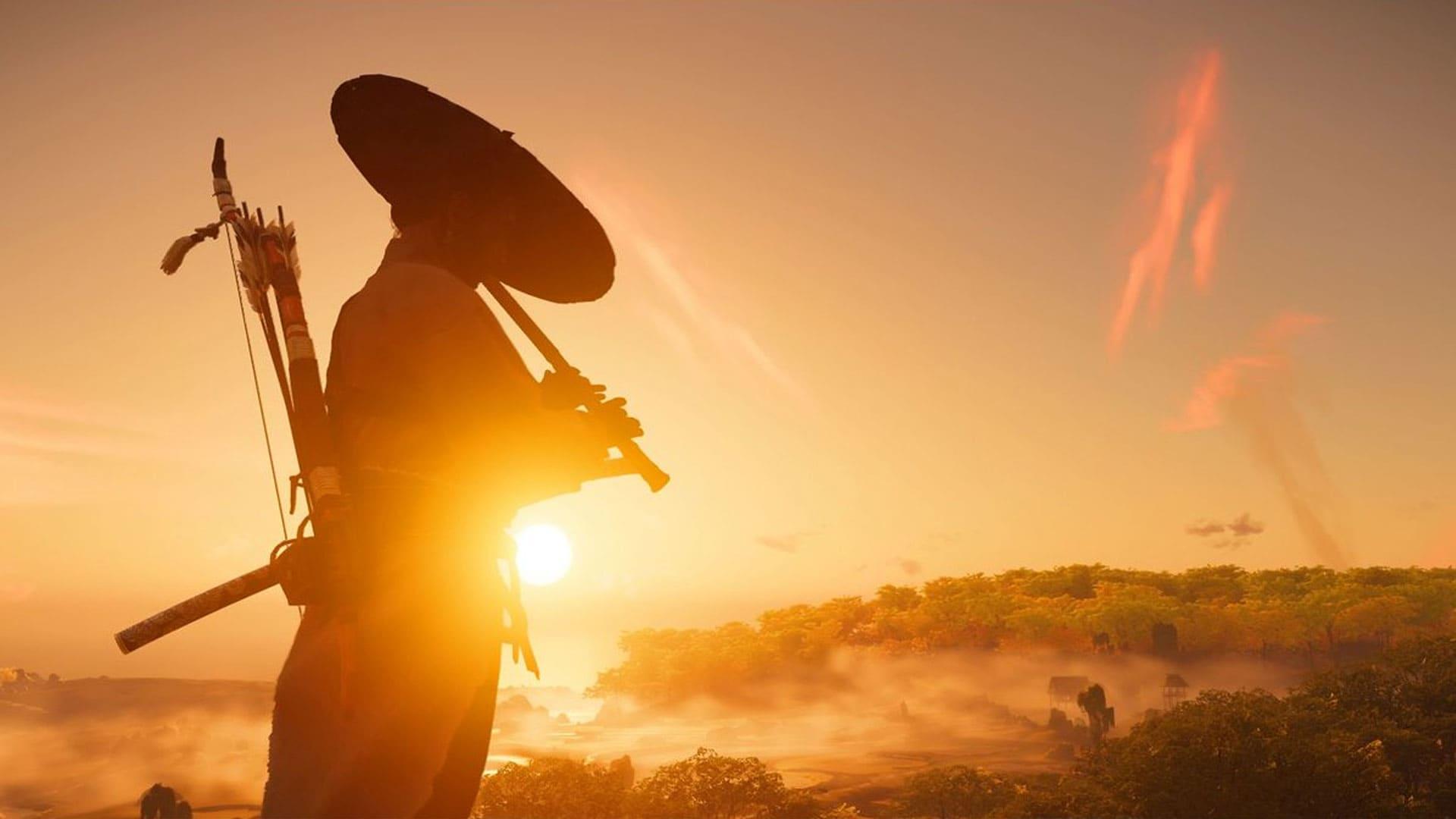 Imagem do jogo Ghost of Tsushima com o personagem Jin Sakai em uma área externa durante o entardecer com céu limpo e uma iluminação alaranjada no mundo aberto ao seu redor