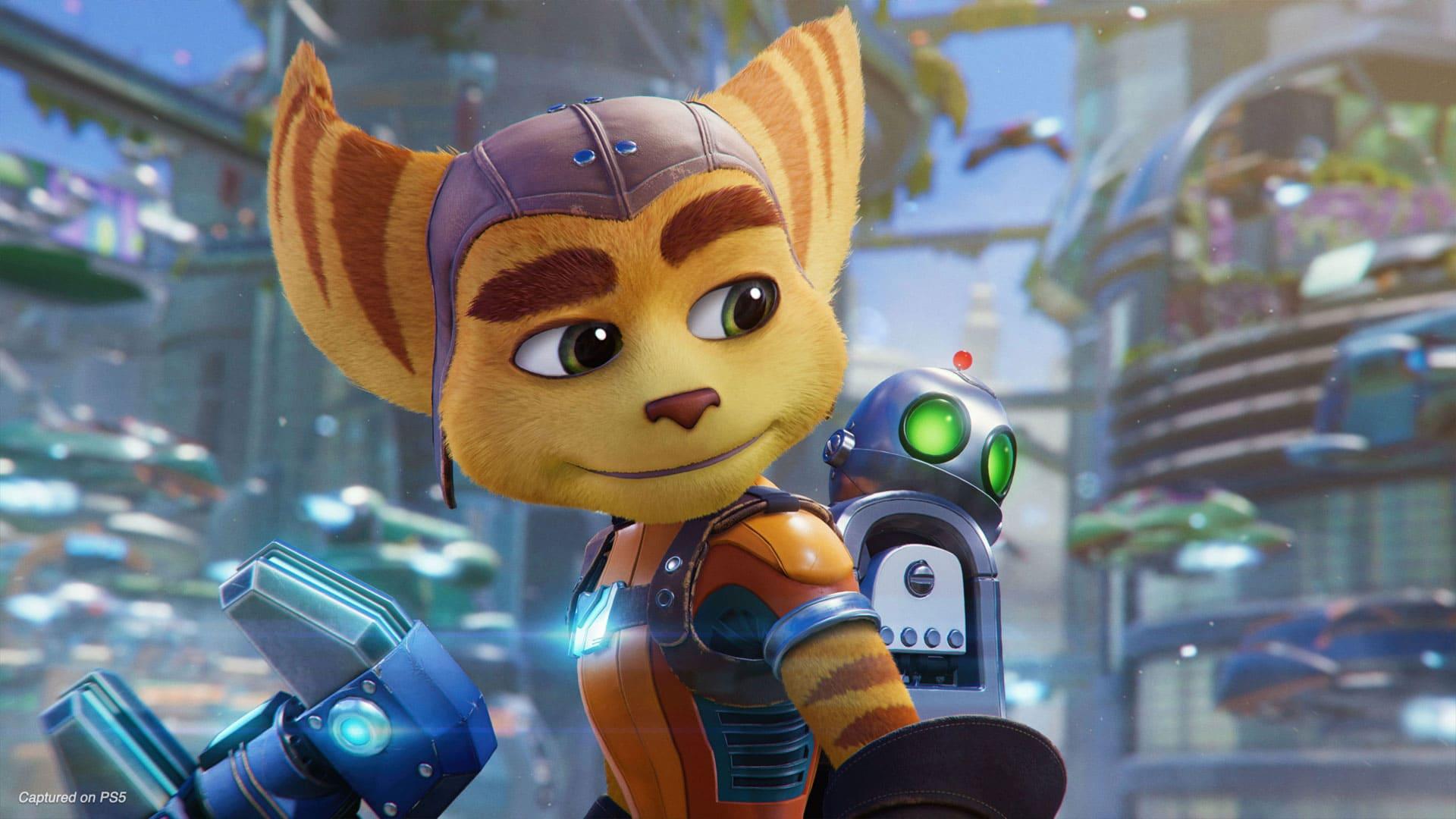 Imagem do jogo Ratchet & Clank: Em Uma Outra Dimensão com foco em Ratchet, um animal antropomorfizado, e o pequeno robô Clank em suas costas. Ao fundo uma cidade com carros flutuantes