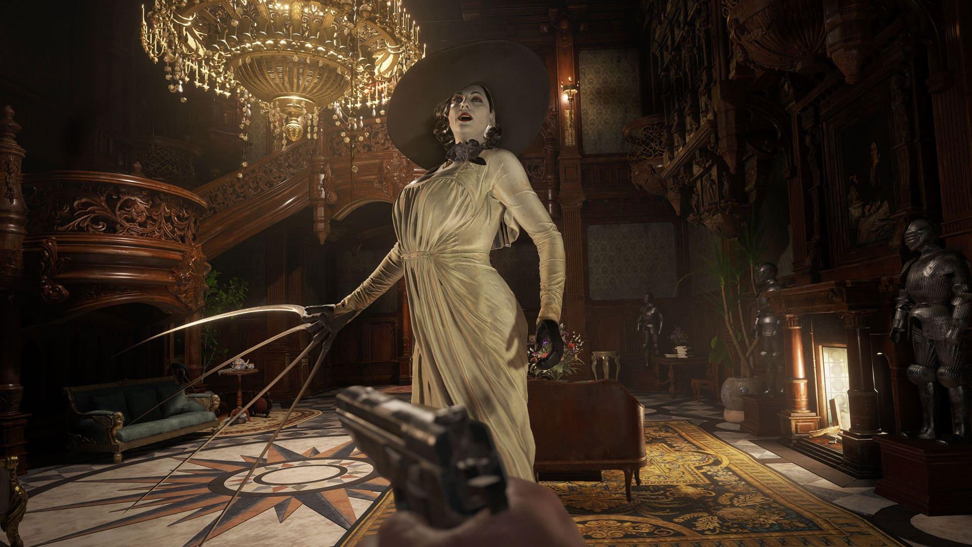 Imagem em primeira pessoa do jogo Resident Evil 8 Village com a vilã Lady Dimitrescu com grandes proporções em uma área interna decorada e com um grande lustre