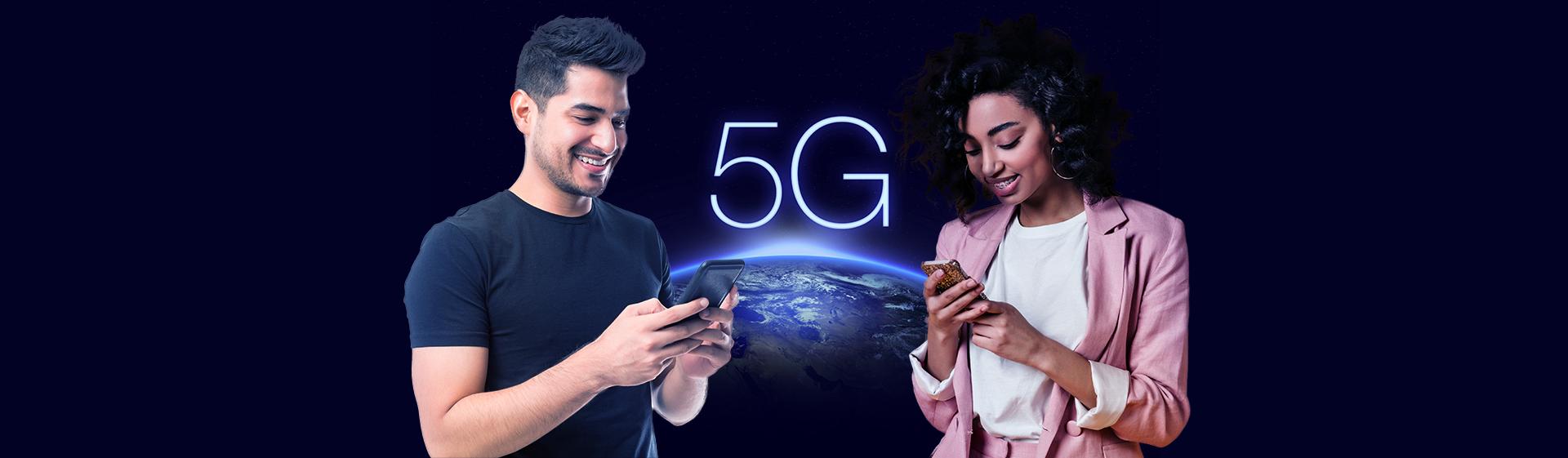 Ilustração com um homem e uma mulher mexendo no celular, com o planeta atrás escrito 5G