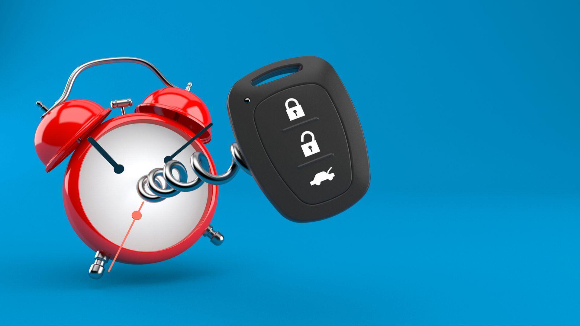 Relógio antigo com controle de alarme automotivo em fundo azul