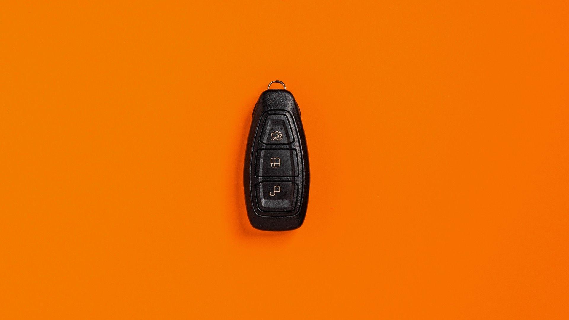 Controle de alarme automotivo em fundo laranja