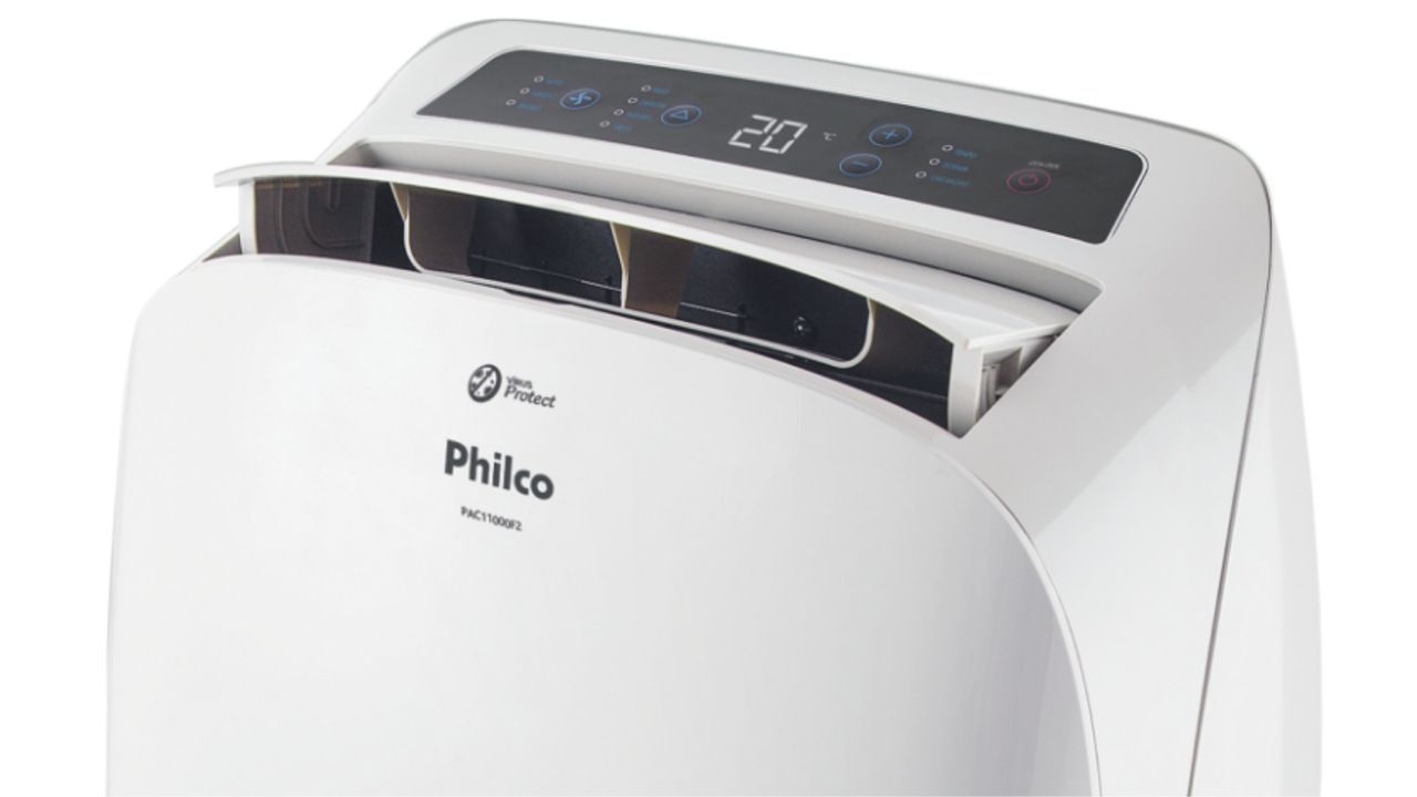 Ar-condicionado Philco em fundo branco, com foco no painel de funções do aparelho