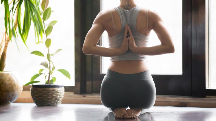 Entenda o que é, quais os benefícios e como começar a praticar o Ashtanga Yoga (Imagem: Reprodução/Shutterstock)