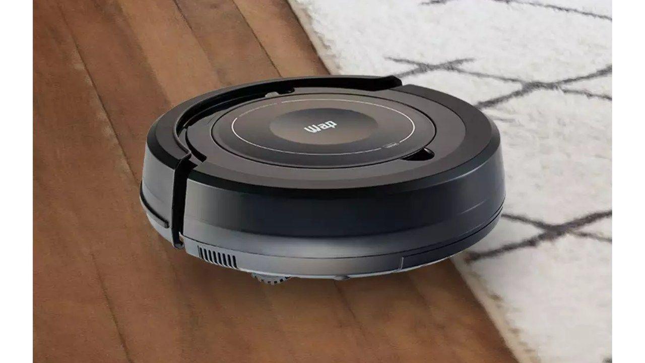 Aspirador de pó robô Wap Robot W100 preto passando em chão de madeira