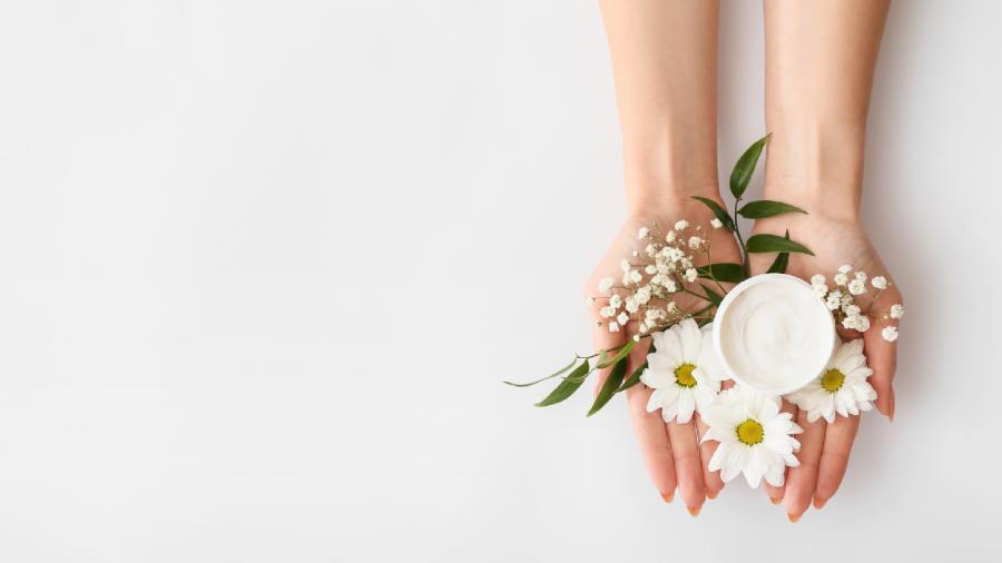 Juliana Goes bate um papo sobre autocuidado, beleza natural e consumo consciente (Imagem: Reprodução/Shutterstock)