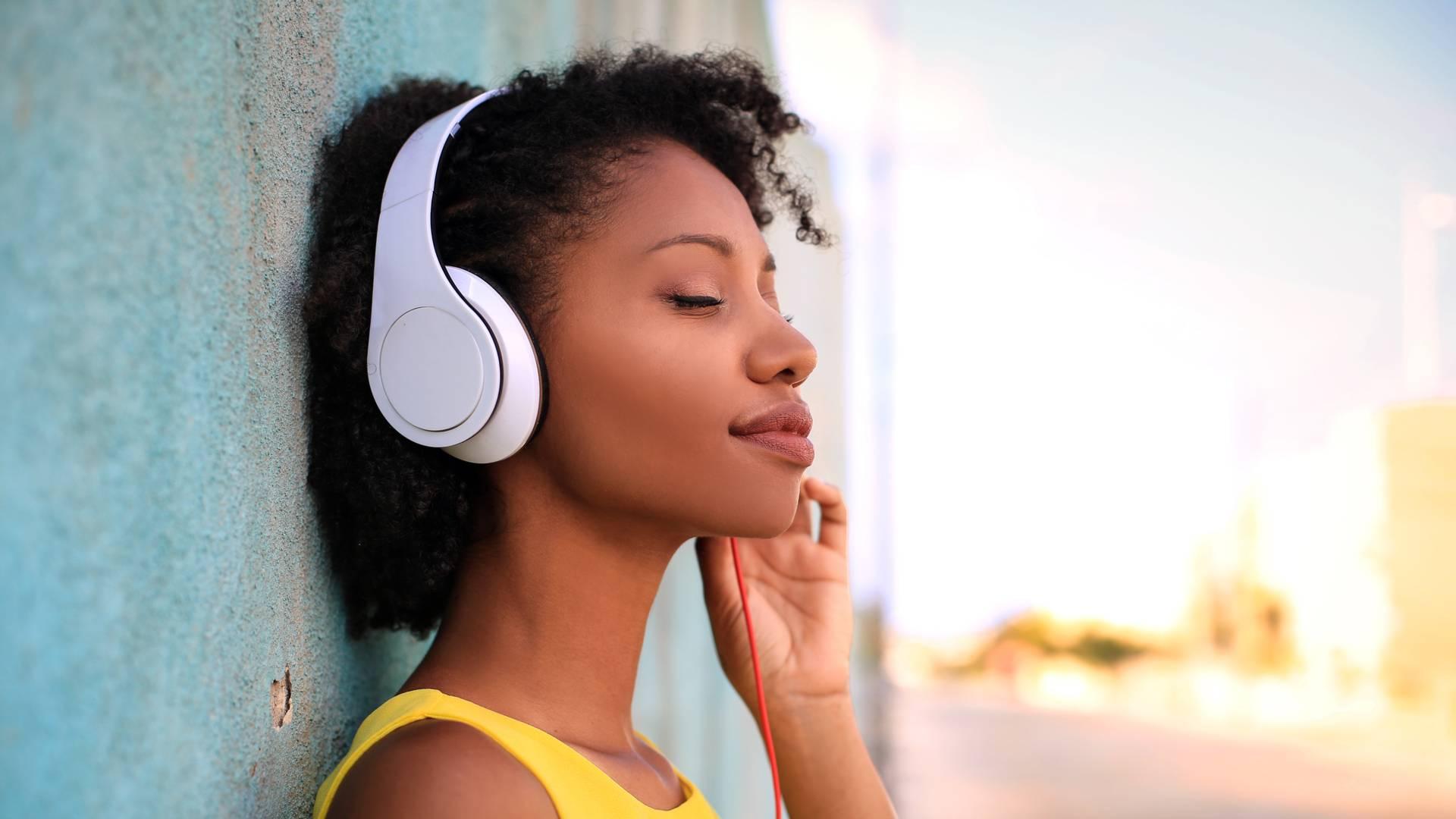 Mulher usando um fone de ouvido over-ear para escutar música