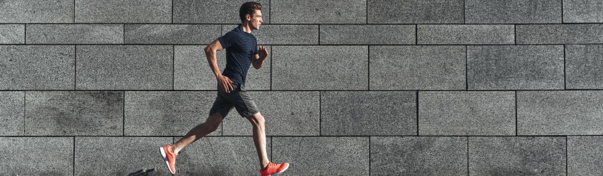 Correr na esteira ou na rua? Entenda os benefícios de cada corrida