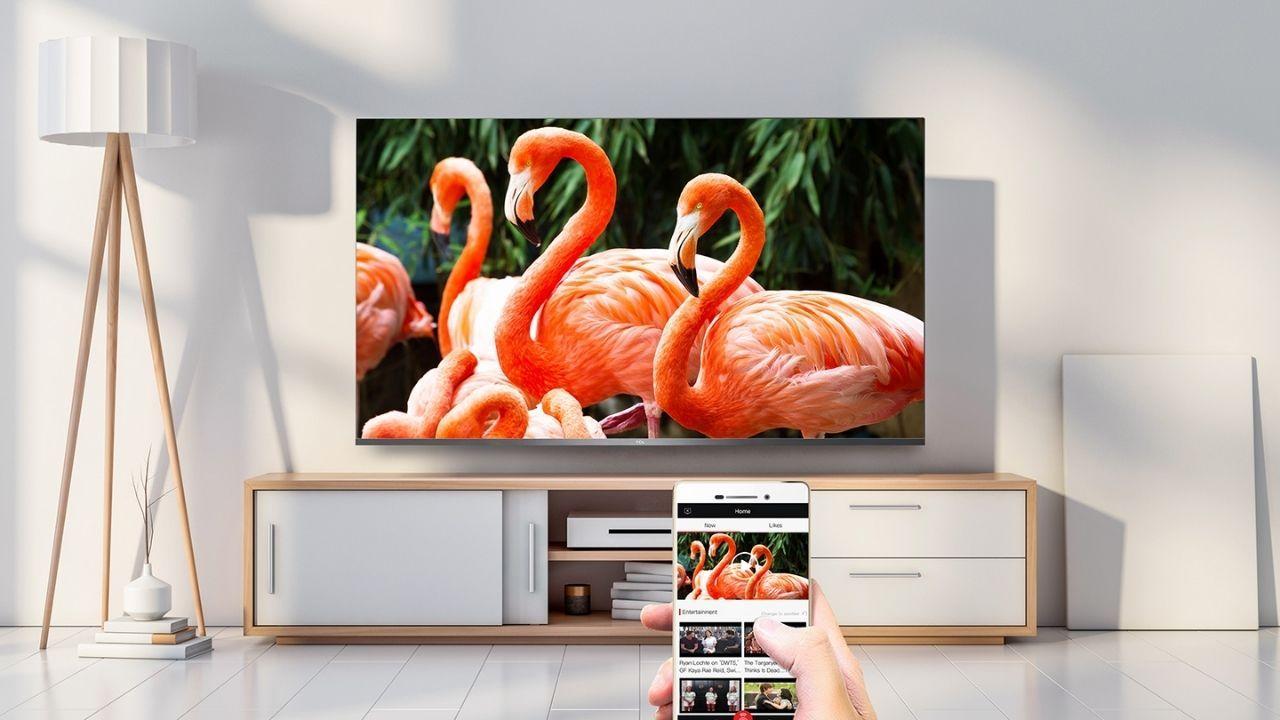 Você pode assistir a conteúdos do seu celular na tela grande da TV (Foto: Divulgação/TCL)