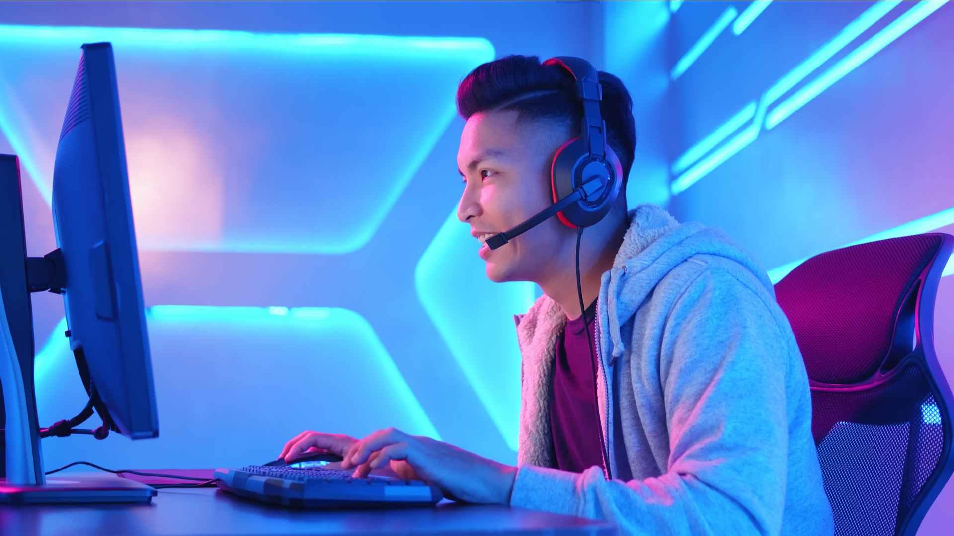 Pessoa jogando no computador usando um headset