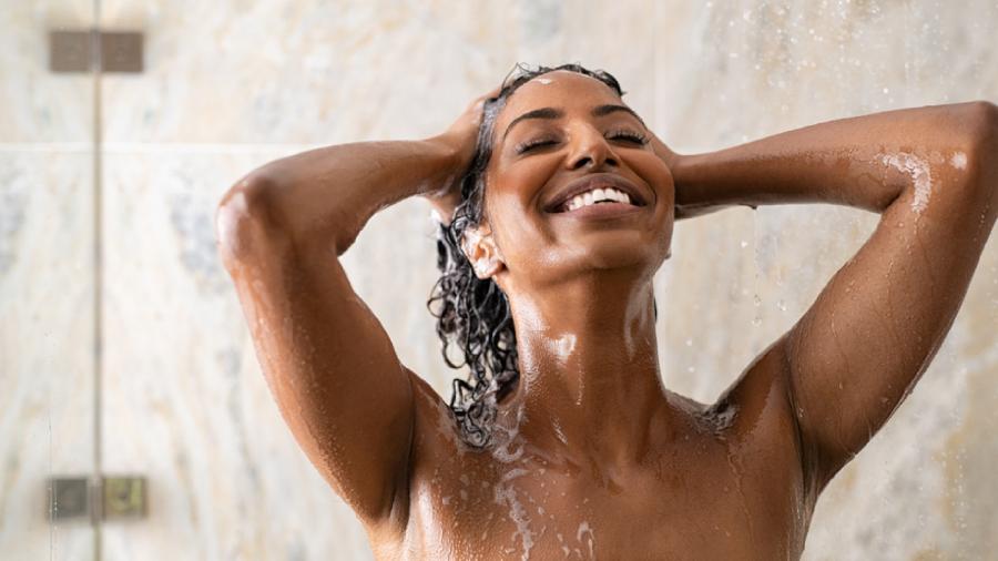 Lavar o cabelo todo dia pode aumentar a oleosidade e ressecar os fios (Imagem: Reprodução/Shutterstock)