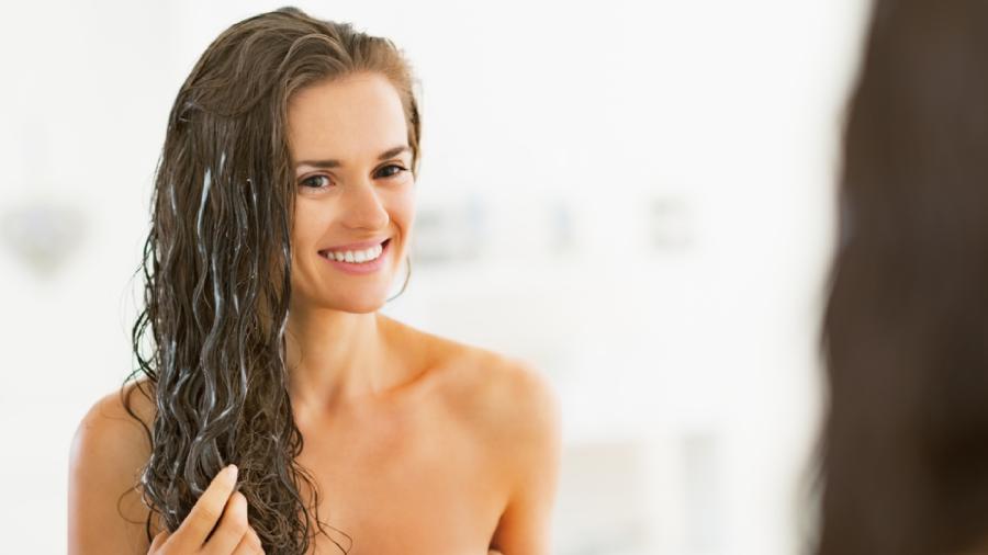 Fazer um cronograma capilar pode ajudar a ter cabelos mais saudáveis (Imagem: Reprodução/Shutterstock)
