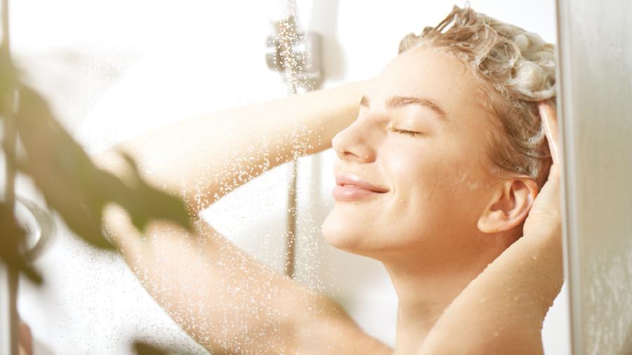 Cuidar do couro cabeludo é importante para um crescimento saudável dos fios (Imagem: Reprodução/Shutterstock)