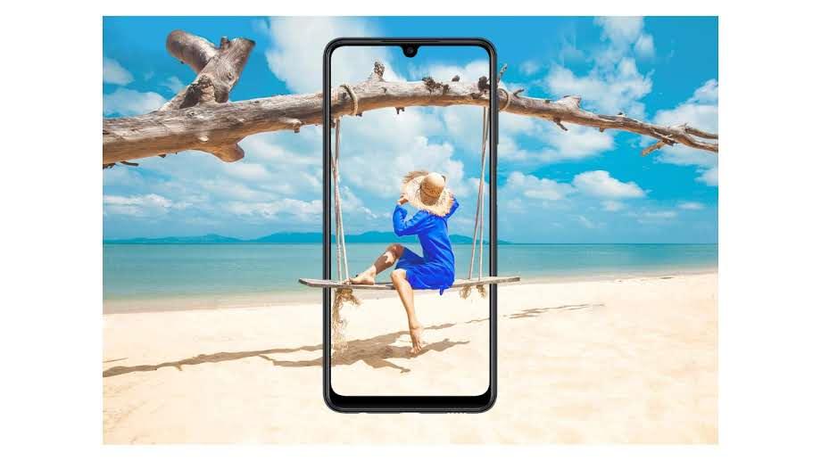 Tela do Galaxy M22 com mulher sentada em balanço na praia com a mesma imagem ao fundo