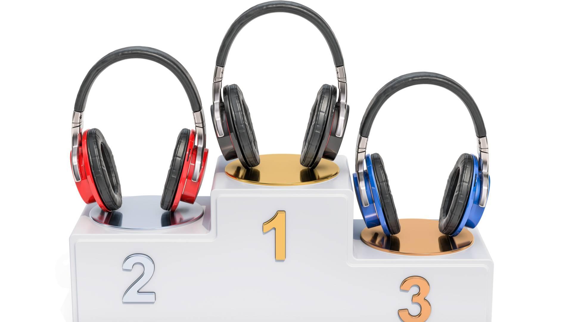 Fones de ouvido em um pódio de primeiro, segundo e terceiro lugar