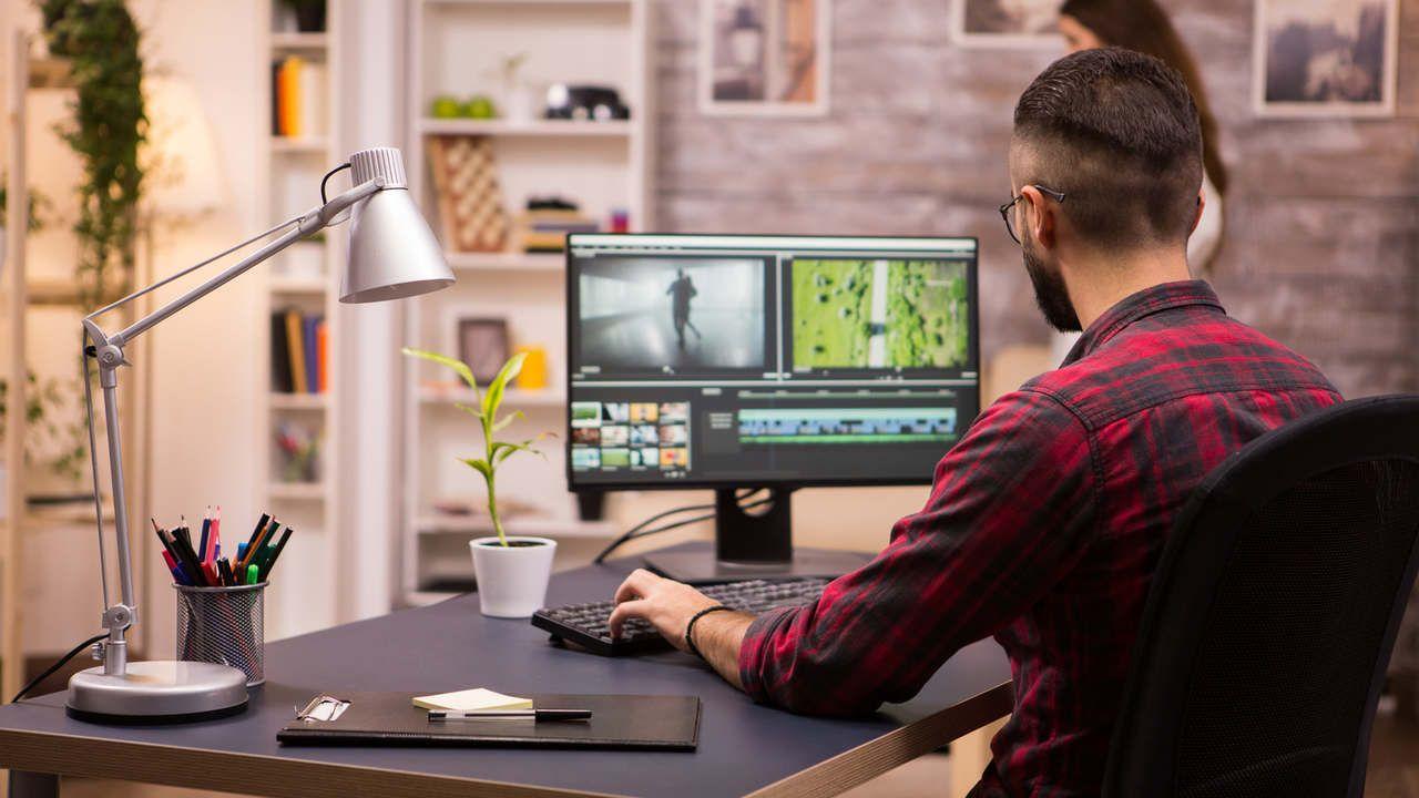 Homem trabalhando olhando um monitor IPS