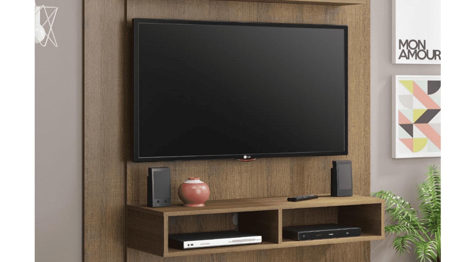 Painel para TV 50 polegadas de madeira com dois nichos e TV instalada