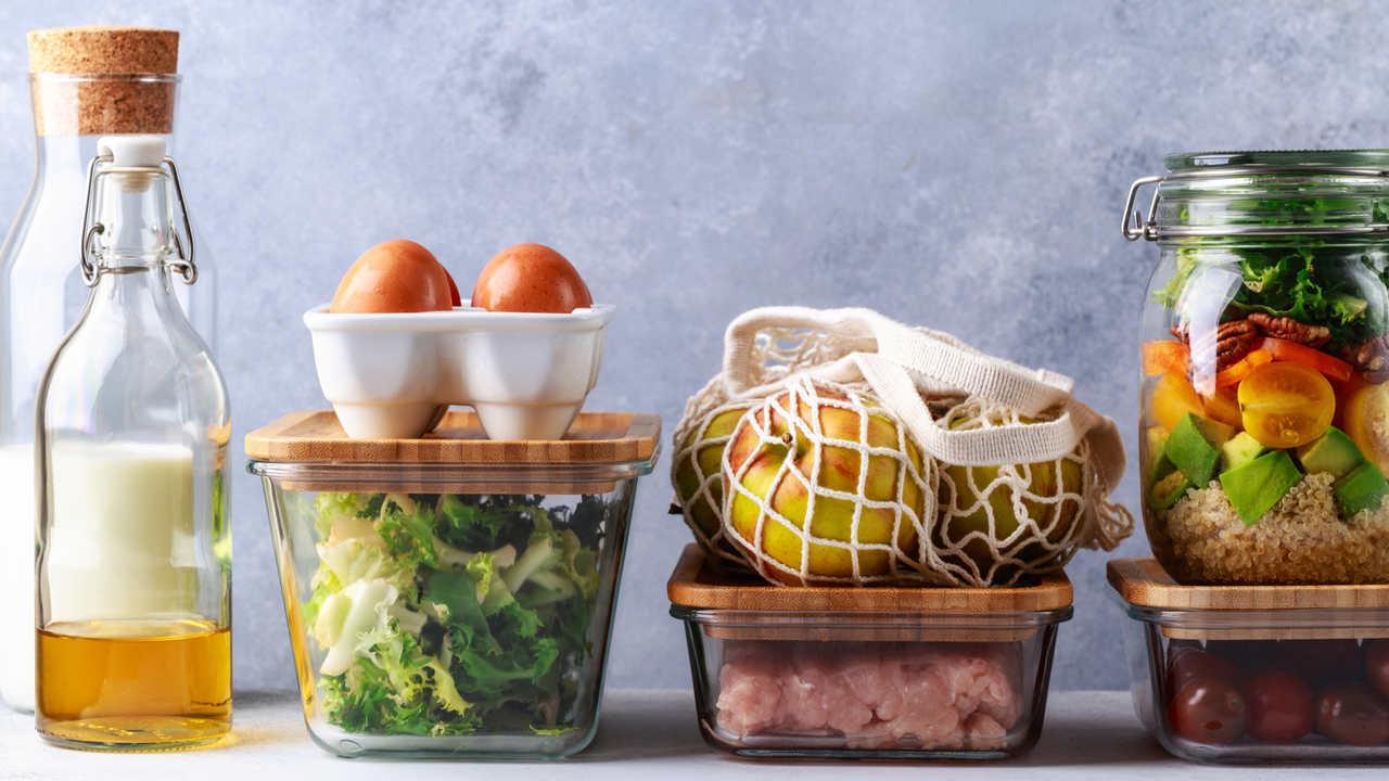 Alimentos armazenados em potes, como saladas, frutas, leite e mais
