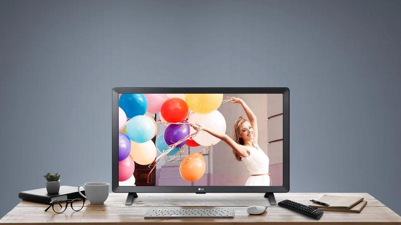 Mesa de madeira com TV 24 polegadas da LG sendo usada como monitor
