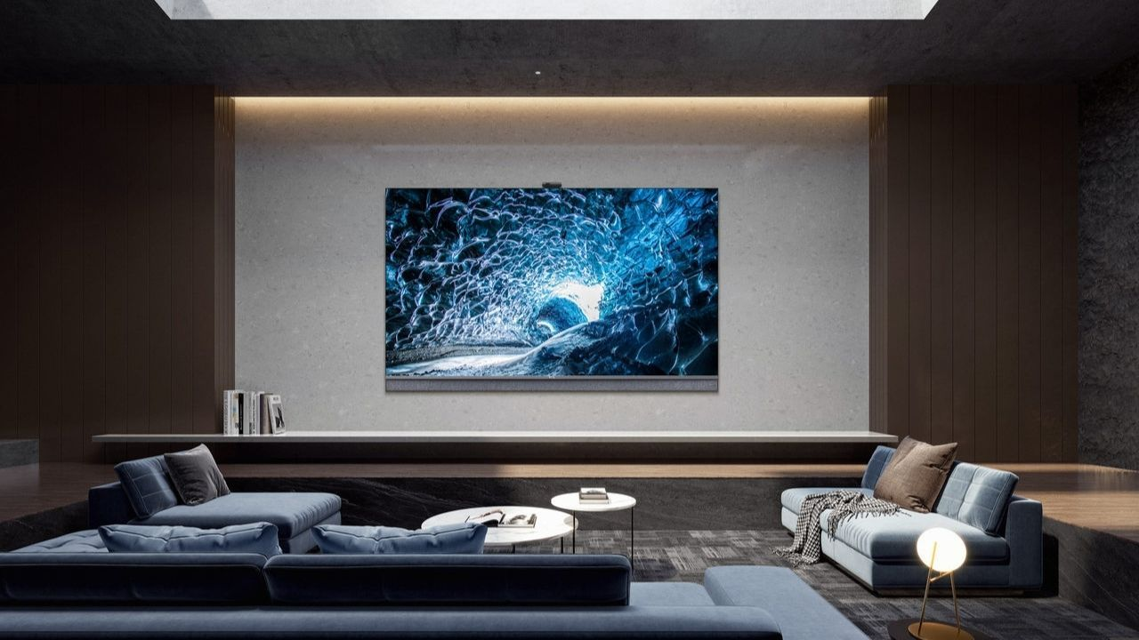 Sala de estar em tons de azul, com TV TCL C825 fixada na parede